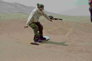 Guardaparque de la ZRLA haciendo sandboard con desert expeditions
